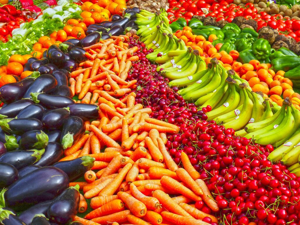 """Залагайте на плодове и зеленчуци, яйца, млечни и месни продукти, по възможност с произход, за който сте сигурни, че не са вложени пестициди, нитрати, Е-та и др. """"екстри""""."""